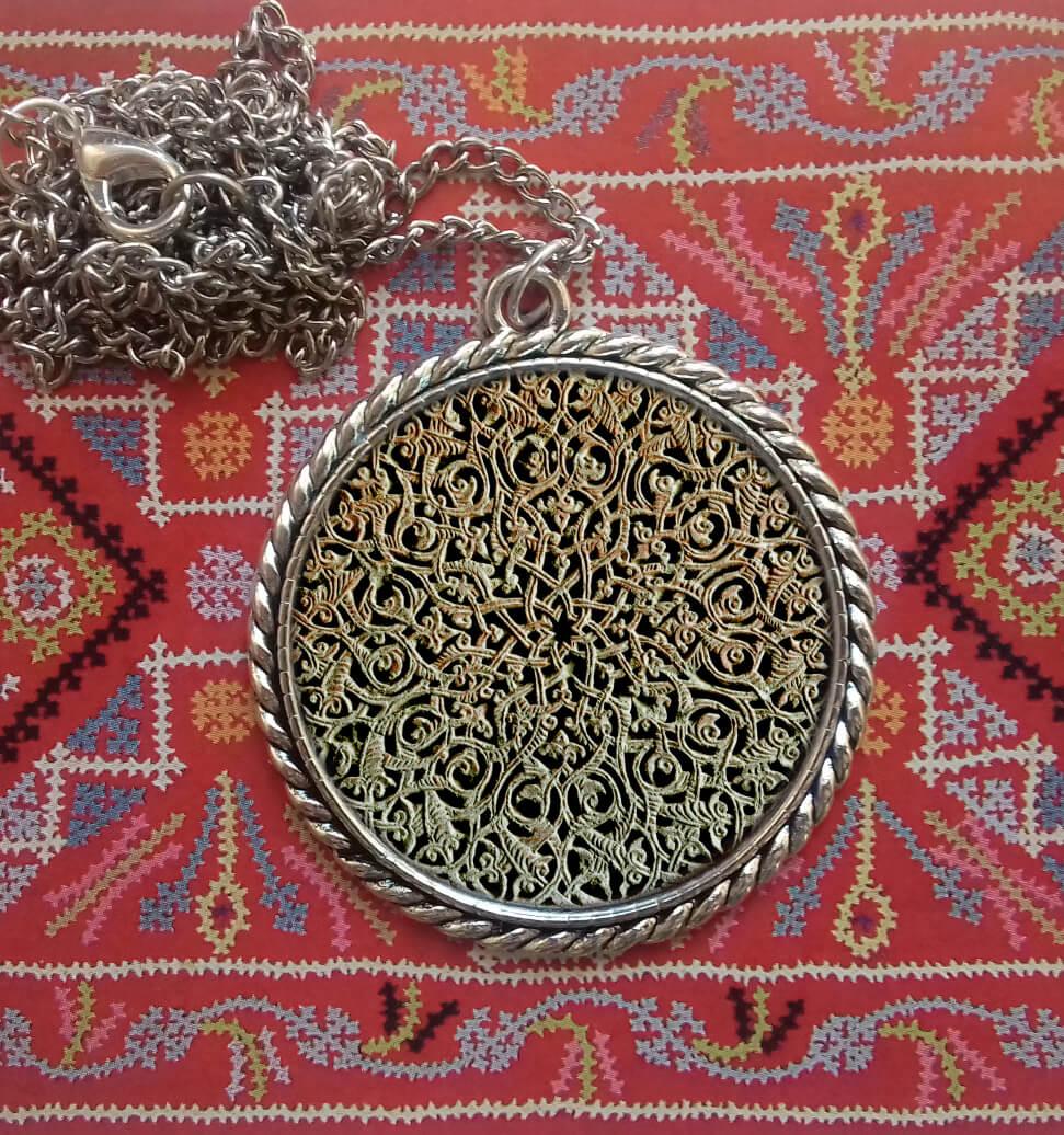Վզնոց խաչքարի նախշերով։ Հեղինակ՝ Անահիտ Հարությունյան
