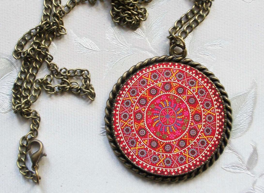 Վզնոց հայկական գորգանախշերով։ Հեղինակ՝ Աննա Հարությունյան