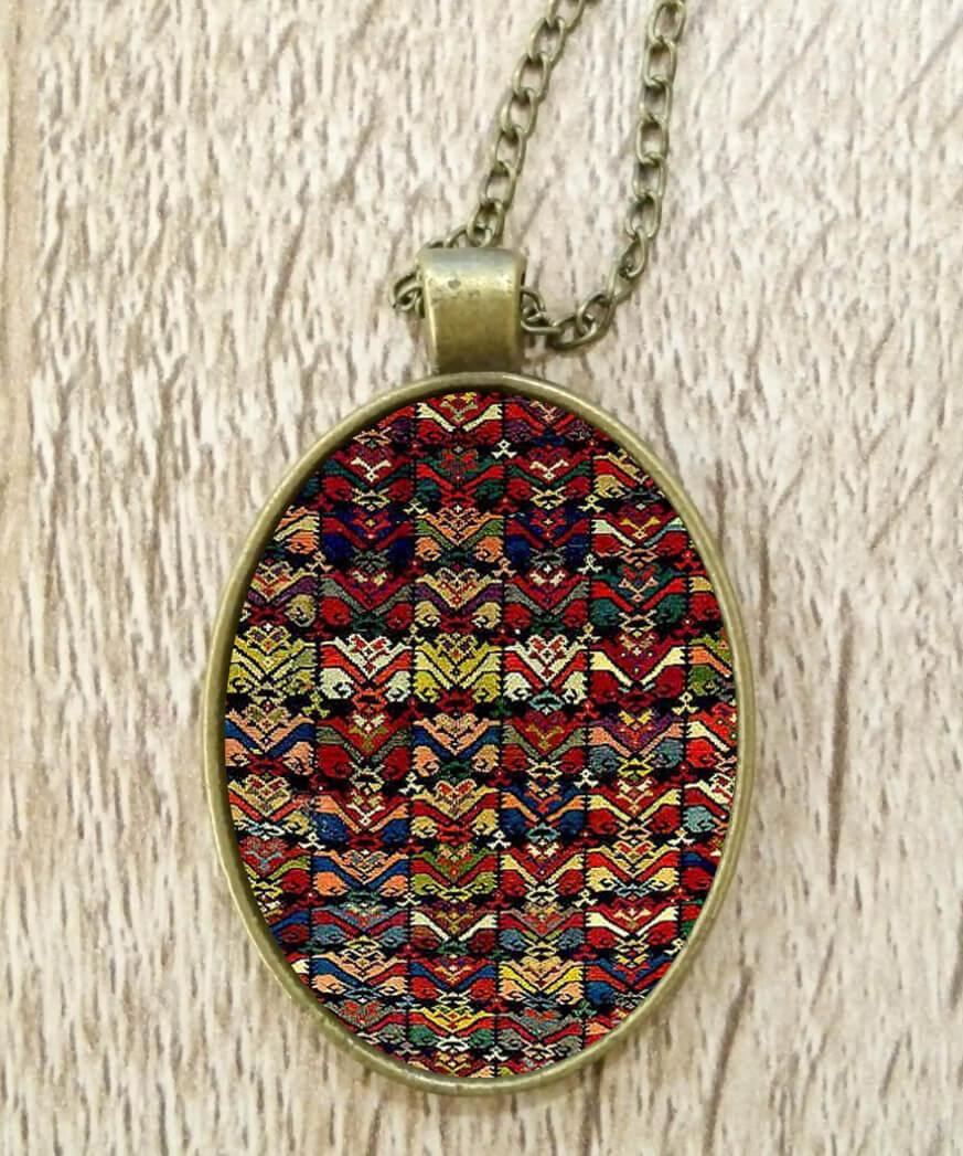 Վզնոց հայկական գորգանախշերով։ Հեղինակ՝ Անահիտ Հարությունյան