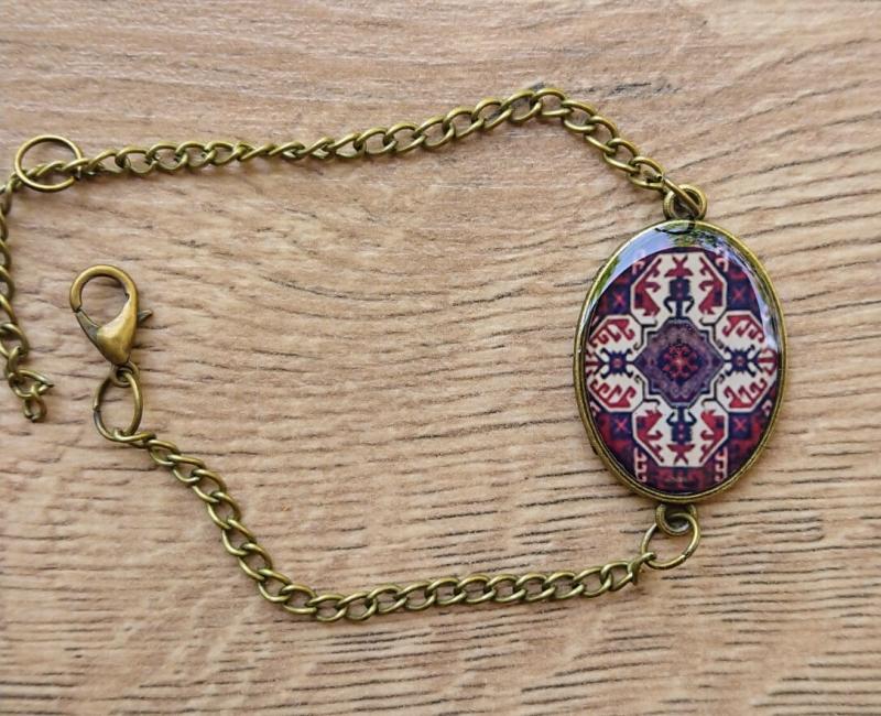 Օվալաձև ապակեպատ  թևնոց հայկական զարդանախշերով