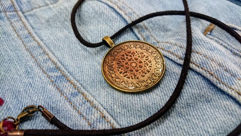 Վզնոց Տաթևի վանքի դռան նախշերով։ Հեղինակ՝ Անահիտ Հարությունյան։